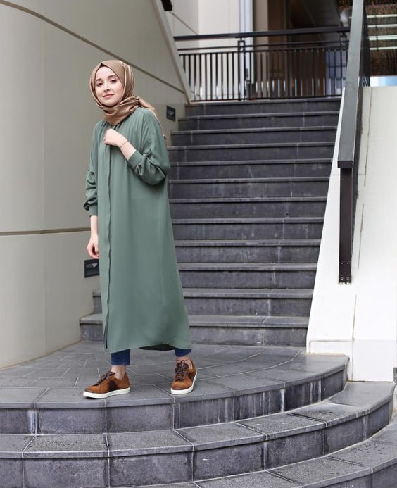 Basic long tunic with sneakers