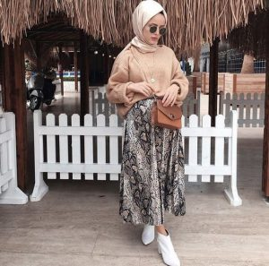 Chic Hijab Outfit Ideas With Pattern Skirt
